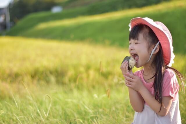 お米を食べる女の子