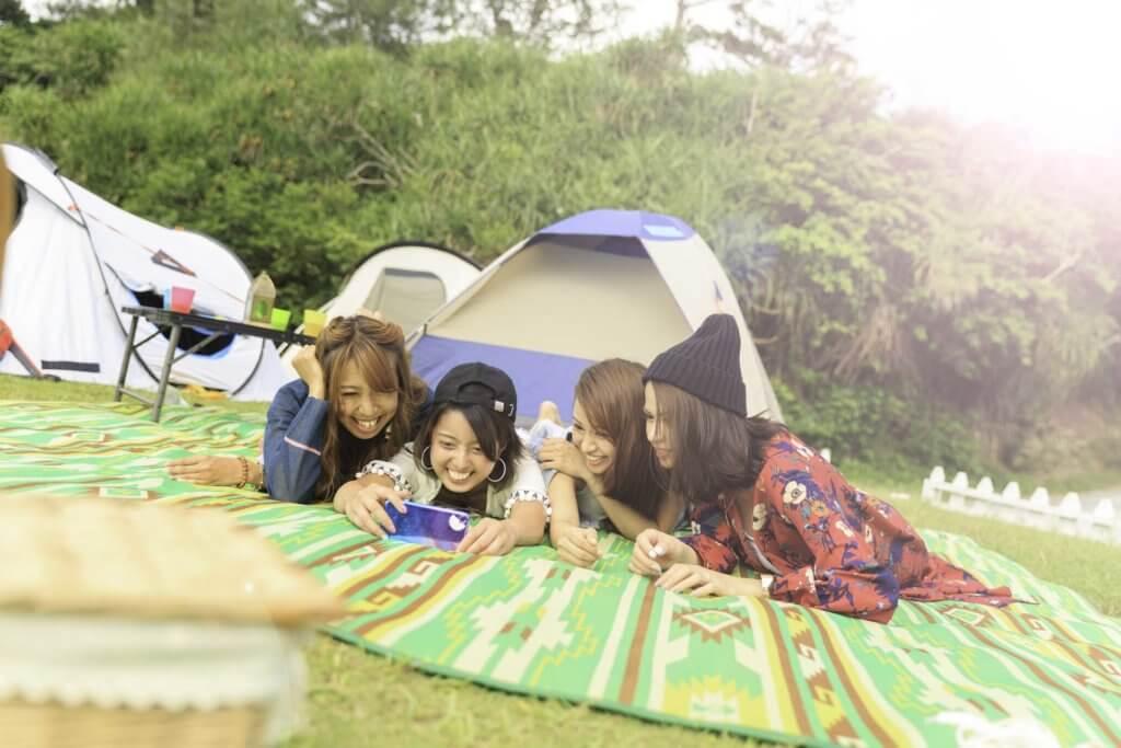 キャンプを楽しむ女子グループ