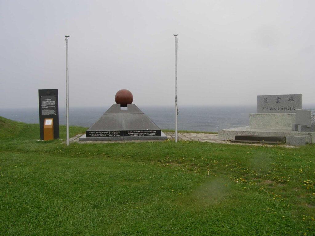 平和の碑(左)と宗谷海域海軍戦没者慰霊碑(右)