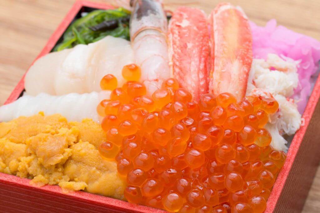 いくらが乗った海鮮丼の写真